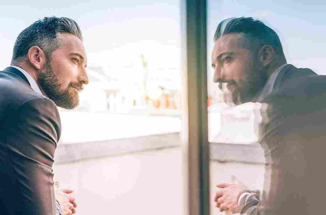 Pencerede yansıması gözüken bir adamın görüntüsü
