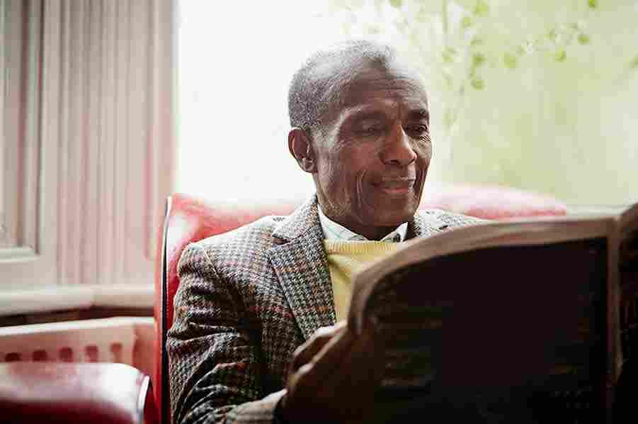 Gazete okuyan yaşlı bir adamın görüntüsü