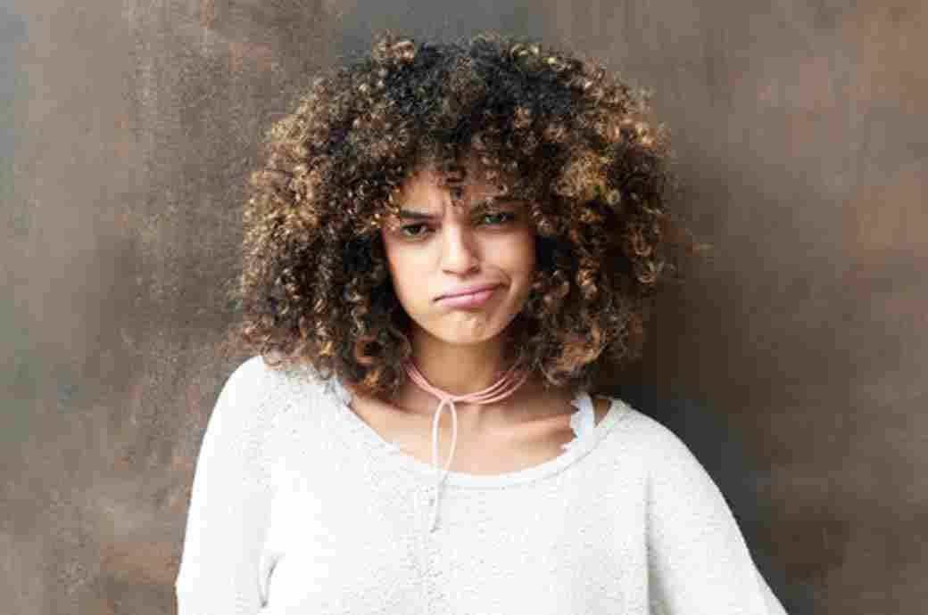 Etkilenmemiş bir yüz ifadesine sahip bir kadın görüntüsü